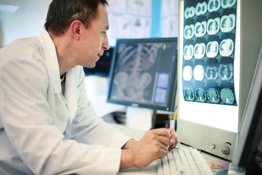 רופא בודק נזקי גוף